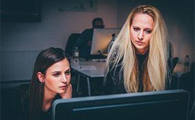 Frauen im Teamwork vor dem Computer